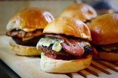 Ανακαλύψτε τη συνταγή για τα πιο λαχταριστά, χειροποίητα Burgers στο σπίτι!