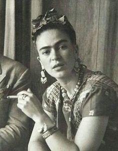 Vintage Vibes: Frida Kahlo's Go-To Brow Pencil Has Been Revealed Diego Rivera, Frida E Diego, Frida Art, Fridah Kahlo, Famous Artists, Look Fashion, Role Models, Vintage Photos, Divas