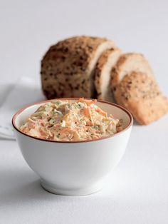 Pomazánky z tvarohu jsou rychlé, zdravé a prostě báječné. Nabízíme vám varianty inspirované tradicí pro všední den i takové, které se hodí jako pohoštění pro sváteční chvíle. (Na fotografii je pestrá pomazánka s mrkví, šunkou a pažitkou.) Muffin, Menu, Breakfast, Tableware, Kitchen, Recipes, Food, Menu Board Design, Morning Coffee