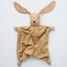 Bambola di Stoffa - Tino  Confezionata a mano con materiali di alta qualità e delle ottime finiture, la bambola è realizzata in spugnetta di cotone morbidissmo, colorato con sostanze atossiche. La testa è imbottita con pura lana di pecora. Ideale da accostare ai neonati.