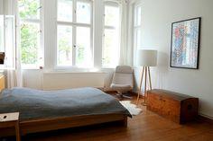 Gemütliche Schlafzimmer-Einrichtung: Kleidertruhe, Sessel, Stehlampe und Kunstdruck.  2-Zimmerwohnung in Berlin Prenzlauer Berg.