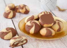 Sablés Tourbillon These small vanilla and chocolate swirl shortbread cookies . - Sablés Tourbillon These little vanilla and chocolate shortbread shortbread cookies are fun too! Healthy No Bake Cookies, Easy Cookie Recipes, Baking Recipes, Kitchen Recipes, Desserts With Biscuits, No Bake Desserts, Dessert Recipes, Biscuit Cookies, Cake Cookies