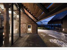 Van boerderij naar woonhuis | Klassieke boerderij gevel met moderne glaswand. Door Luuk