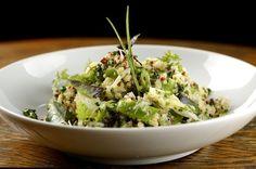 Salada de quinoa com siri temperado Guacamole, Cabbage, Vegetables, Vogue, Ethnic Recipes, Lactose, Food, Quinoa Salad, Sprouts