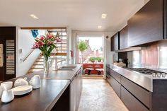 Cliquez ici pour découvrir un très bel intérieur agrémenté d'un joli balcon qui n'attend plus que vous pour les barbecues.