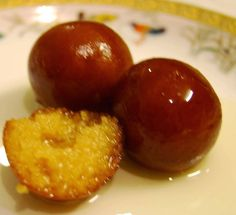 Indian traditional and healthy Mithai, sweets for dessert, from Rajasthan :Rajasthani Gulab Jamun Indian Dessert Recipes, Indian Sweets, Indian Snacks, Indian Foods, Indian Recipes, Milk Powder Gulab Jamun Recipe, Milk Powder Recipe, Papier Absorbant, Powdered Milk