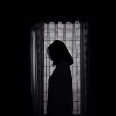 Sad Girl Photography, Shadow Photography, Tumblr Photography, Photography Poses, Night Aesthetic, Aesthetic Photo, Aesthetic Girl, Aesthetic Pictures, Silhouette Fotografie