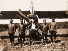 29.Военный лётчик поручик Головатенко (в центре) и солдаты авиаотряда у летательного аппарата. Май 1915. Вятская губ. Глазов