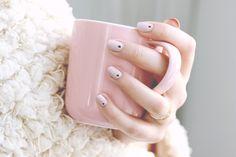 Voici un nail art minimaliste que j'aime beaucoup porter, voici comment le réaliser! Pour réaliser ce nail art minimaliste, rien de plus simple! Je commence par appliquer le vernis à ongles beige rosé Don't Bossa Nove Me Around OPI. Je réalise ensuite les pois sur chaque ongle avec le vernis à ongles noir mat 4 in the Morning, grâce…