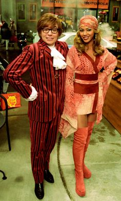 Austin Powers and Foxxy Cleopatra Beyonce Austin Powers, Austin Powers Costume, Costume Disco, 70s Costume, Costume Ideas, Halloween Costumes, Halloween Inspo, Hippie Costume, Halloween 2020