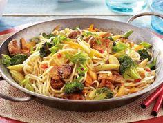 Gemüsebratnudeln mit Pute Rezept: Salz,Putenbrust,Knoblauchzehe,Asiasoße,Asianudeln,Möhren,Brokkoli,Lauchzwiebeln,Mungobohnenkeimlinge,Maiskölbchen,Öl,Pfeffer
