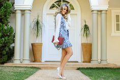 Marina Casemiro » Look do dia: saia e colete estampa azul + camisa com babado plissado + scarpin off com tachas!