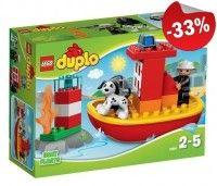 Bij de LEGODUPLO Brandweerboot hoort een LEGO DUPLO brandweerman-figuur, een hond, een vuurtoren, een vlam-element en een brandslang.