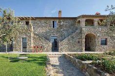 Uno scorcio della facciata dell'antico casale Rombolino di proprietà di Giorgio e Ilaria Miani. www.iodonna.it