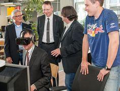 """Mit der Oculus-Rift-Brille kann sich ein Nutzer durch virtuelle 360-Grad-Welten bewegen. Ein Vorteil, den hl-studios für Kunden und Messeauftritte nutzt, um die technisch komplexen Anwendungen in Szene zu setzen. """"Mit dieser Brille und den Kopfhörern ist es zunächst etwas ungewohnt – aber dann taucht man in diese beeindruckende Darstellung und bewegt sich in einer nicht realen Situation"""", kommentierte IHK-Präsident Dirk von Vopelius seine erste Oculus-Rift-Erfahrung."""