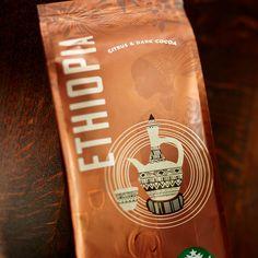 Starbucks kahvenin doğduğu ülke olan Ethiopia kökenli bir kahve ile karşımızda. Ethiopia kahvesi hiçbir zaman kömür benzeri tada sahip olmayan, çok yoğun gövdeli oluşu dolayısıyla ekstra tatlandırmaya yada farklı lezzetler eklemeye gerek olmayan bir kahve.