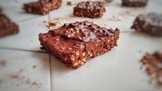 Diese Quinoa Bars sind das ultimative Schoko-Rezept für Notfälle. In 10 Minuten bereit für den Kühlschrank, ohne Backen, mit nutella-ähnlichem Geschmack!