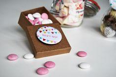 Gastgeschenke für die Hochzeit: Sweets verziert mit Buttons und Stickern von Planet Photo. https://www.planet-photo.de/