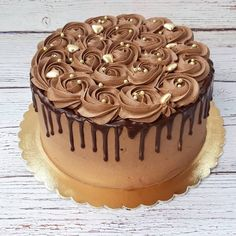 New cake decorating designs chocolate decorations Ideas Chocolate Buttercream Cake, Chocolate Cake Designs, Buttercream Cake Designs, Cake Decorating Frosting, Cake Decorating Designs, Cake Decorating Videos, Cake Icing, Cupcake Cakes, Cake Chocolate