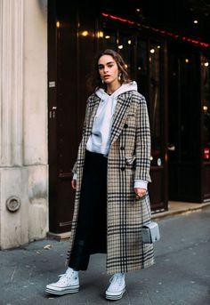 O look perfeito de inverno composto por moletom e um maxi coat fica cool com o tênis flatform. it-girl - moletom-calça-casaco-tenis - tênis - inverno - street style