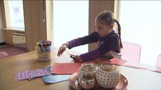 Een meisje van zes uit Sint-Amands, in de provincie Antwerpen, krijgt binnenkort als eerste in Europa een robothand die geprint is met een 3D printer. Een liefdadigheidsorganisatie uit Amerika maakt de hand op maat en doet dat helemaal gratis. Dankzij de 3D-hand zal het meisje voor het eerst dingen kunnen pakken. Dat heeft ze nooit gekund, want ze heeft geen vingers aan haar hand.