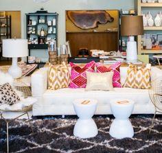 fémszék, fekete-fehré szőnyeg egyszerű kanapé