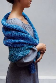 Châle tricoté en fils de laine de différents bleus au point mousse http://www.marieclaireidees.com/,un-chale-tricote-en-laine-bleue,2610153,1015.asp