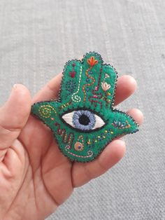 Hand of Fatima for Good Luck. Diy Embroidery Shirt, Felt Embroidery, Felt Diy, Felt Crafts, Felt Pillow, Hand Of Fatima, Felt Brooch, Hamsa Hand, Wool Applique