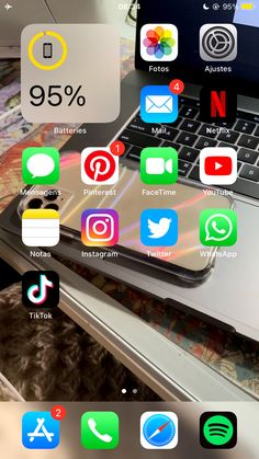 Organize Phone Apps, Iphone App Layout, Clean Phone, Aesthetic Phone Case, Ideas Para Organizar, Phone Organization, Instagram Blog, Iphone Accessories, Homescreen