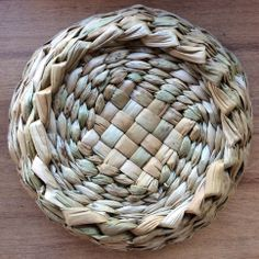 This is such a simple rush pattern. I need to get to this London craft class and weave my own rush basket! It would make a fab gift over the holiday season. Flax Weaving, Willow Weaving, Weaving Art, Basket Weaving, Hand Weaving, Handmade Headbands, Handmade Crafts, Handmade Rugs, New Crafts