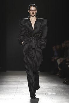 Gareth Pugh Ready to Wear Fall Winter 2018 London Live Fashion, 80s Fashion, Couture Fashion, Runway Fashion, Latest Fashion, Clothes Encounters, Fashion Silhouette, Power Dressing, Gareth Pugh