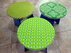 Banquinho em MDF revestido com tecido com estampa verde, azul e amarelo. R$ 45,00