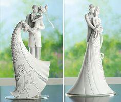 """Noivinhos """"on the cake"""" com frases de Shakespeare na cauda do vestido da noiva"""