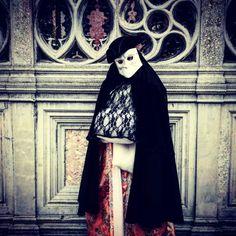 Abito femminile primo 1700 con maschera veneziana per carnevale 2016.