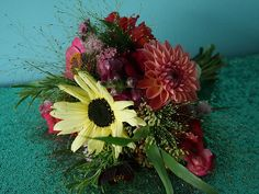 August   Sunflowers, dahlias, snapdragons, zinnias and grasses   Most Curious Rose   Vintage Wedding Flowers Vintage Wedding Flowers, Rose Wedding, Summer Wedding, Dahlias, Zinnias, Grasses, Summer Flowers, Sunflowers, Seasons