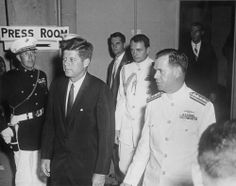 1961. 7 Juin. President John F. Kennedy and Superintendent of the U.S. Naval Academy Rear Admiral John F. Davidson attend the Commencement Ceremony at the United States Naval Academy in Annapolis, Maryland