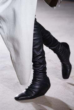 Rick Owens Fall 2015 Ready-to-Wear Fashion Show Details Look Fashion, New Fashion, Fashion Shoes, Fashion Design, Fashion 2015, Designer Clothes For Men, Shoe Art, Future Fashion, Rick Owens