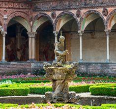 Zwischen Pavia und Mailand liegt der monumentale Marmorkomplex der Kartause, der im 14. Jahrhundert auf Betreiben Gian Galeazzo Viscontis entstand. Bereits das Marmorportal lässt Besucher erahnen, wie prunkvoll der Bau geplant war: In seinem Inneren befindet sich der Herzogspalast, in dem wichtige Gäste beherbergt wurden. Auch die Kirche besitzt eine Marmorfassade, die auf einen großen Innenhof blickt.