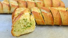 Met maar vier ingrediënten maak jij dit hemelse knoflookbrood!