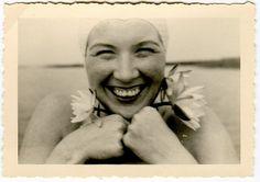 Sonríe mujer,  Sonríe siempre a la vida aunque ella no te sonría.  Sonríe al amor terminado, Sonríe a tus dolores,  Sonríe de todos modos.  Y tu sonrisa será luz para tu camino faro para navegantes perdidos.  Y tu sonrisa será: un beso de mamá, un batir de alas,un rayo de sol para todos....   Alda Merini (Escritora y Poeta Italiana)