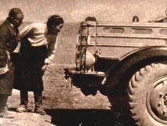 1956. Csepel teherautók a Tibeti Lhasza-ban. Helyiek tanulmányozzák a magyar teherautókat.