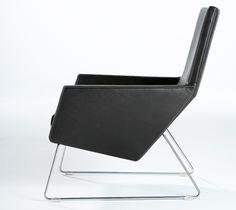 Zwart leren stoel Label van Gerard van den Berg Outdoor Chairs, Outdoor Furniture, Outdoor Decor, Label Design, Armchair, Van, Home Decor, Banks, Staircases