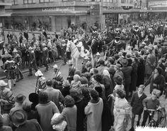 Landelijke intocht 1960, Rotterdam. Spaanse herauten en Pieten te paard.