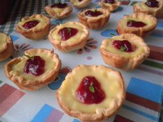 Tartaletas de crema catalana y frambuesas