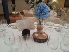 Flores azules y un toque de campo para una boda más rústica. #FeriaBC16 #AmadisCatering #Talavera #TalaveradelaReina #Bodas #Comunion #Eventos #Catering #Comida #Food #Celebraciones #Detalles #Weddings #Decoraciones #Decorations #CentrodeMesa #CenterPiece #Flores #Flowers #Azul #Blue #Piña #Pinecone #Rústico #Rustic