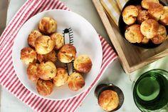 Van az úgy, hogy jönnek a vendégek, de ti már az összes létező pogácsával és snackkel lenyűgöztétek őket és kell valami újítás. Erre találta ki Nóri ezt a szuperfinom parmezános sajtgolyó receptet, amibe még bacondarabkák is kerültek. Ha ezt nem fogják imádni a vendégek, akkor semmit!:) Okra, Pretzel Bites, Cravings, Sandwiches, Food Porn, Muffin, Bread, Snacks, Cookies