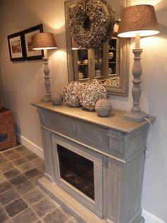 Voorbeeld krijtverf op haardombouw- Kleur Old White Fireplace Seating, Paint Fireplace, Fireplace Remodel, Fireplace Mantle, Fireplace Update, Cottage Fireplace, Living Room With Fireplace, My Living Room, Home Bedroom