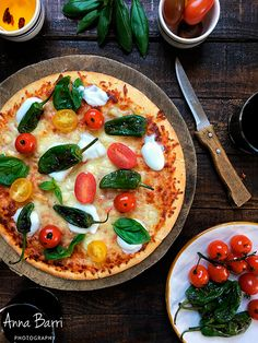 Padrón peppers, cherry tomatoes and basil pizza | via www.gastroadikta.com