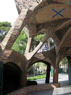 krypta kościoła dla robotników w kolonii Guell - Gaudi