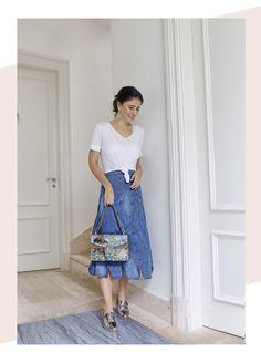 Look Alice Ferraz: T-shirt básica branca + saia mid jeans e um mocassim metálizado, look super confortável e urbano